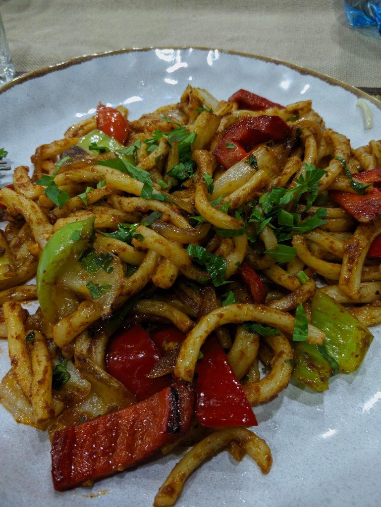 Lagman ist ein weiteres traditionelles Nudelgericht. Wir fanden im Cafe Dastorgon eine nette Variante ohne Fleisch
