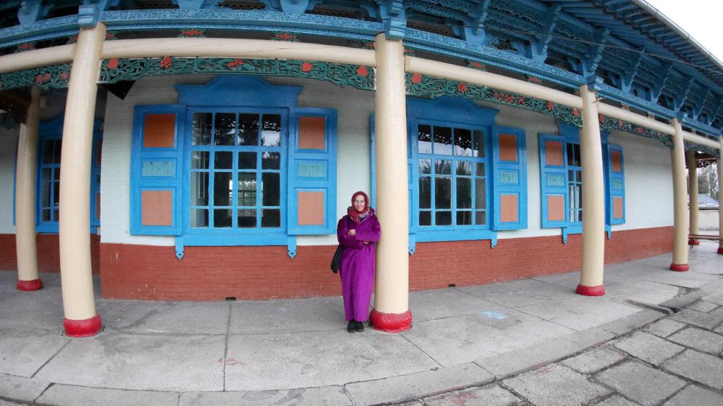 Für Frauen hängen sehr farbenfrohe Mäntel zum Besuch der Moschee bereit