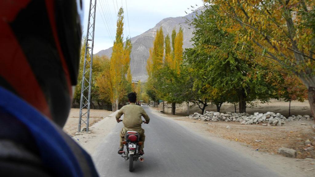 Muntazar johdatti meitä läpi Shigar-laakson