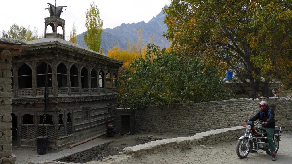 Vanha puinen moskeija linnakkeen lähellä