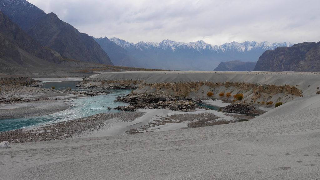 Aavikon läpi virtaava joki