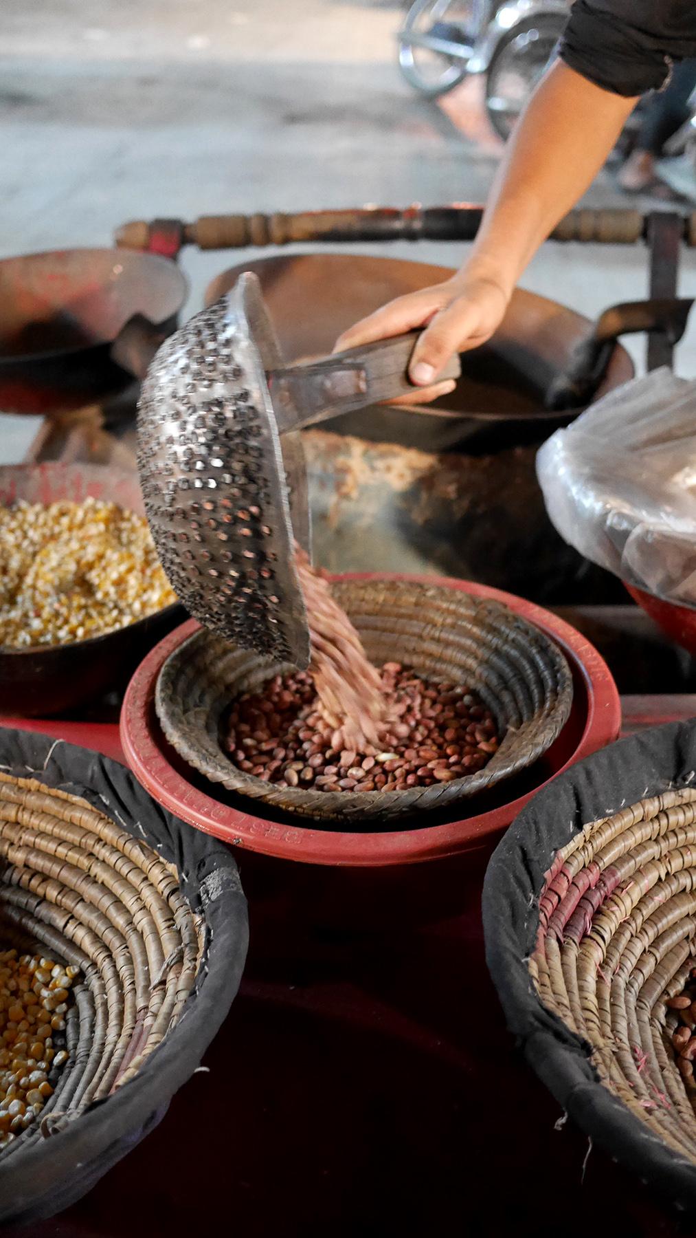 Suolassa paahdettuja maapähkinöitä, maissia ja linssejä