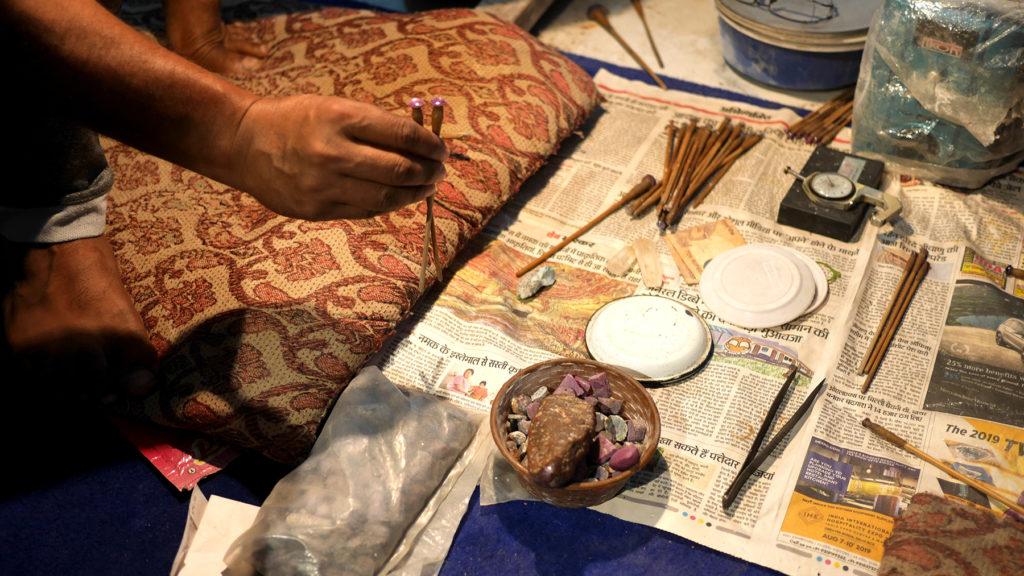 Rohmaterial und bearbeitete Schmucksteine