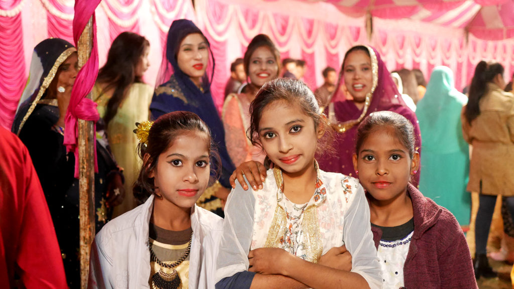 Mädchen und Frauen die für sich für die Hochzeit herausgeputzt haben