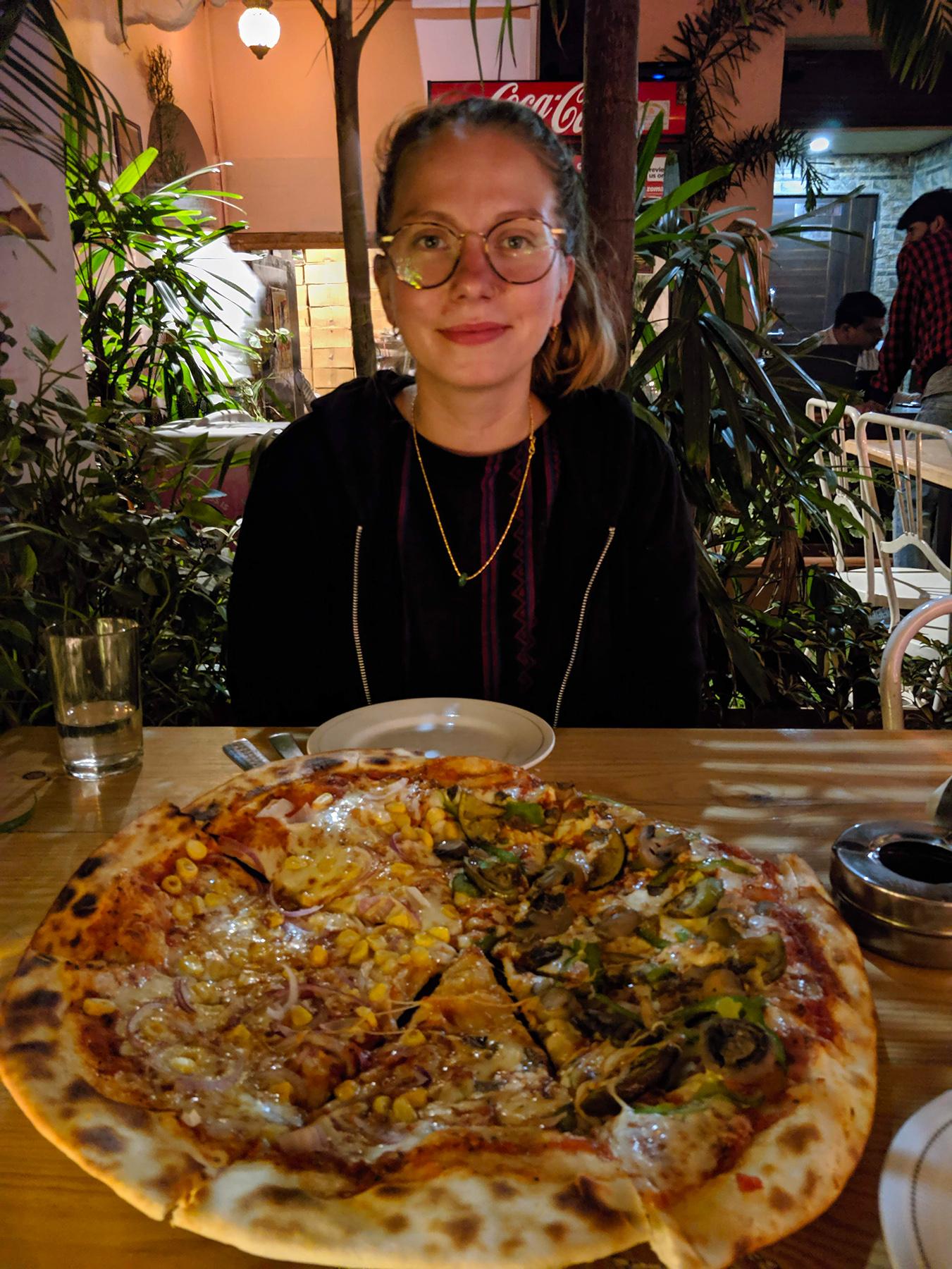 Glückliche Touristin mit ihrer Pizza