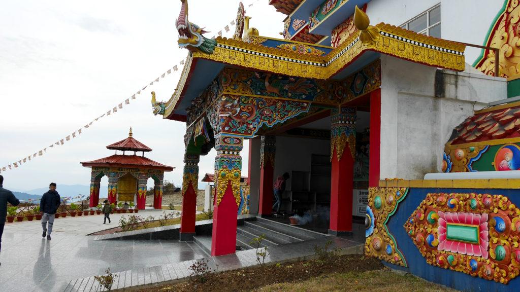 Eingang zum Tempel unter der Statue