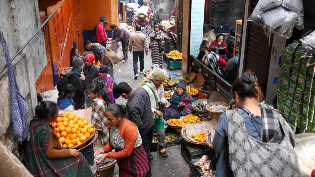 Obsthändlerinnen auf dem Markt von Shillong