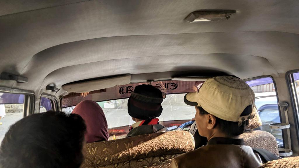 Sumon kyydissä matkalla Zokhawtharin kylään