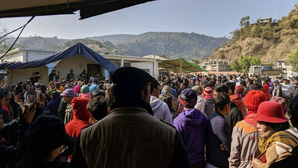 Sillä välin kun me hoidettiin maastapoistumista, raja-aseman ympärille kerääntyi joukko mielenosoittajia