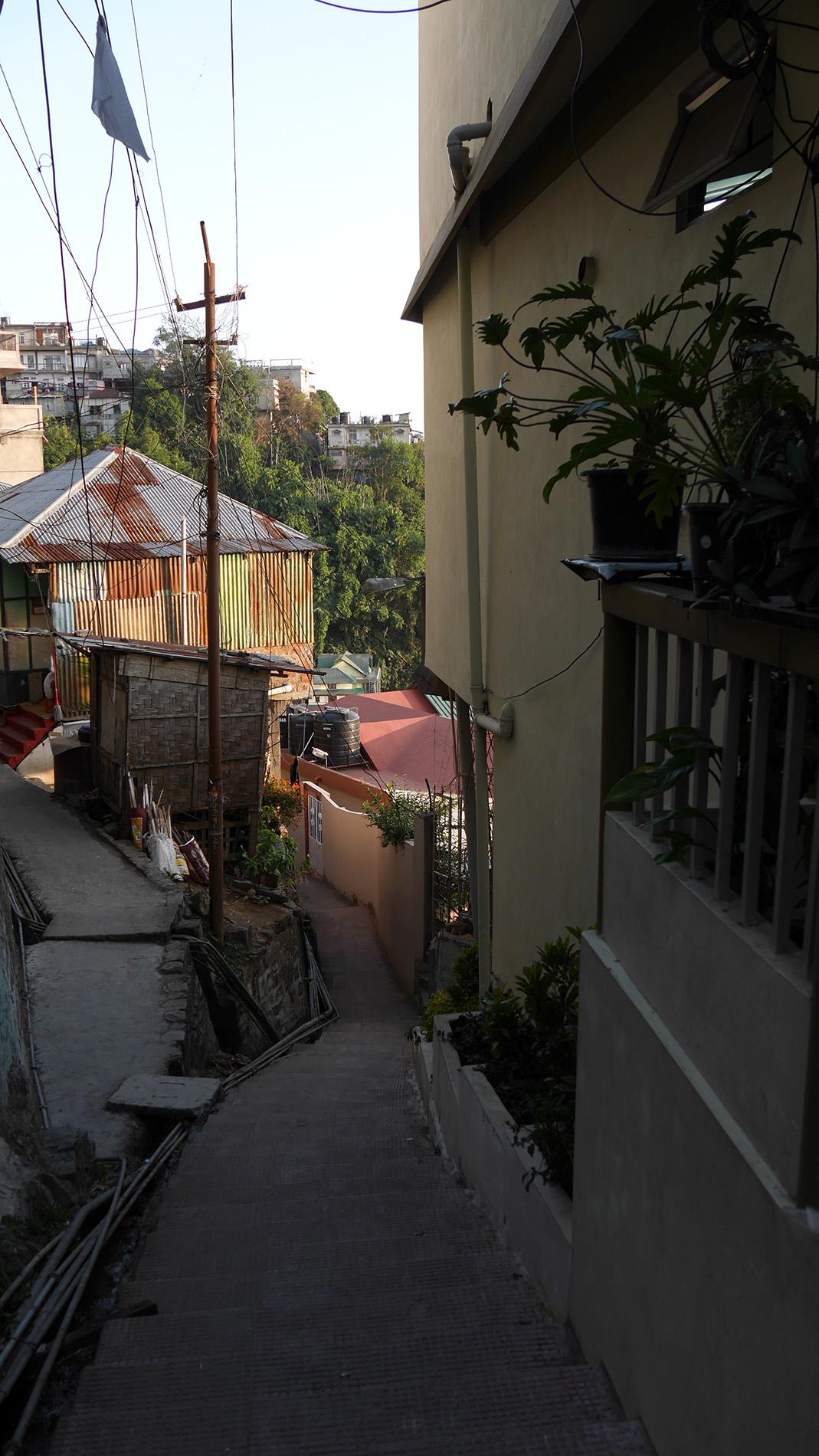 Himalajan juurella sijaitsevan Aizawlin mutkittelevilla kaduilla pääsee kipuamaan portaita ylös-alas