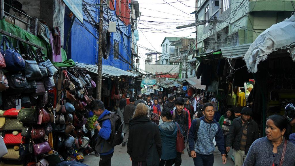 Vaikka Aizawl onkin rauhallinen kaupunki iltaisin, markkinoilla riittää kyllä päiväsaikaan porukkaa