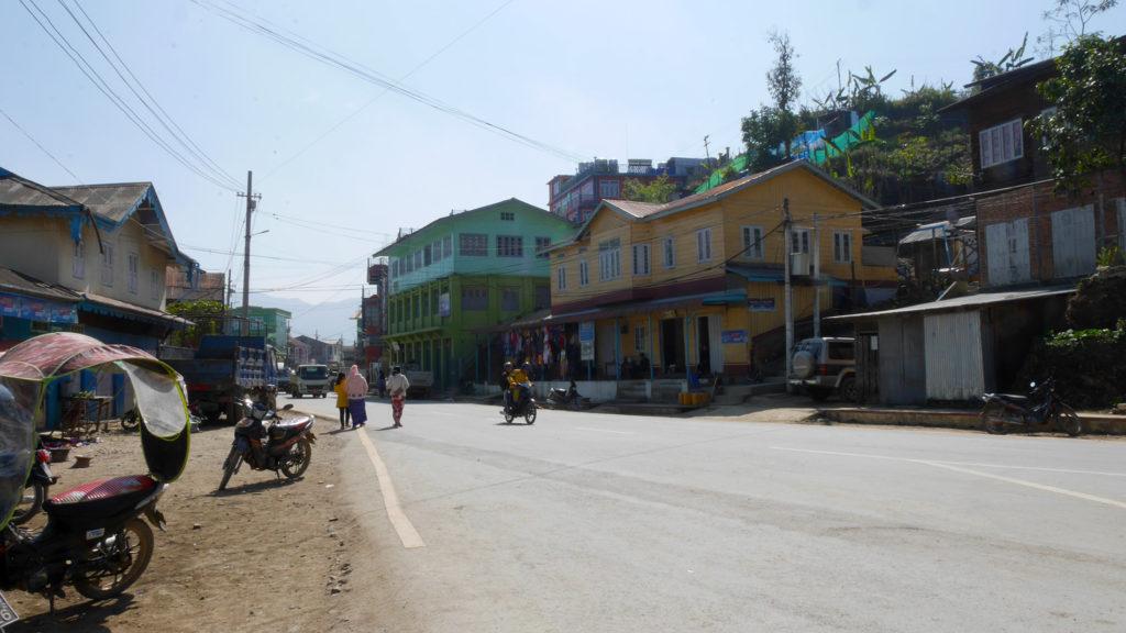 Die Hauptstraße in Tedim