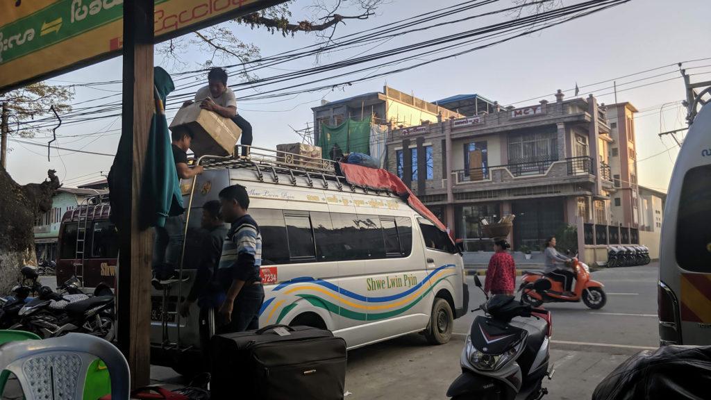 Unser Kleinbus wird Kalay-Busstand vollgepackt