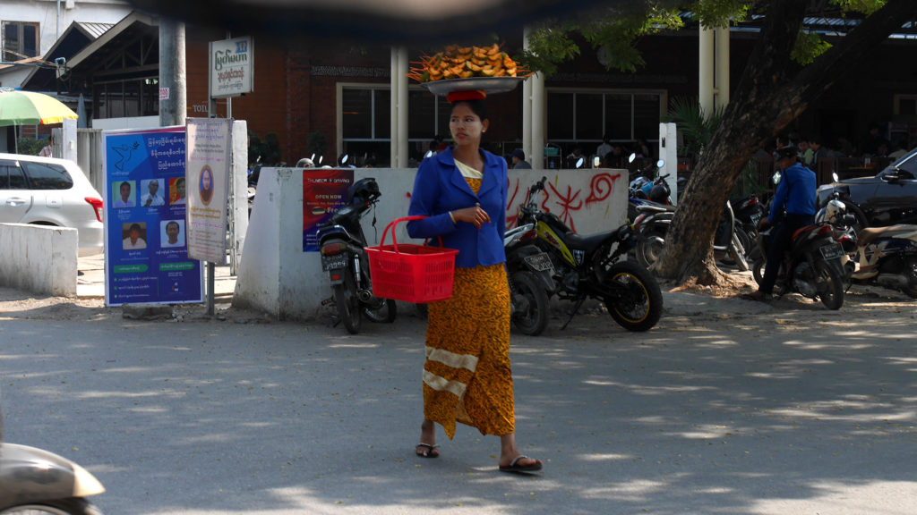 Hedelmämyyjä Mandalayssa