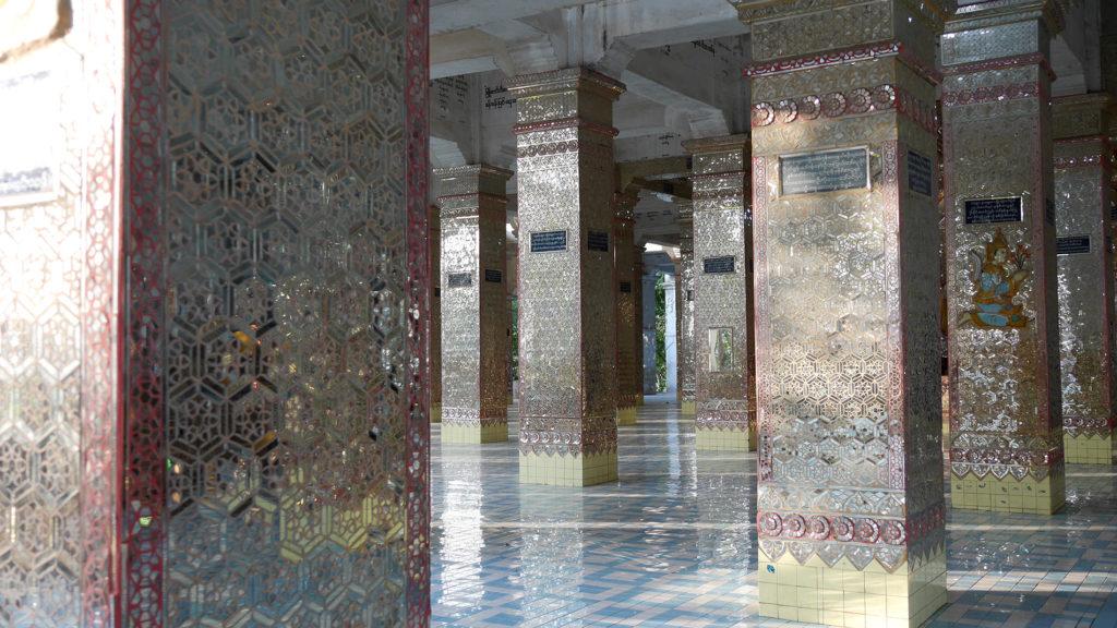 Tämä kimmeltävä pyhäkkö oli koristeltu yltäpäältä peilimosaiikilla