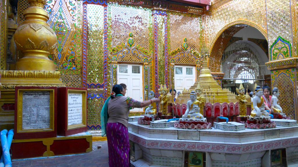 Mandalay Hillin huipulla sijaitsevassa temppelissä