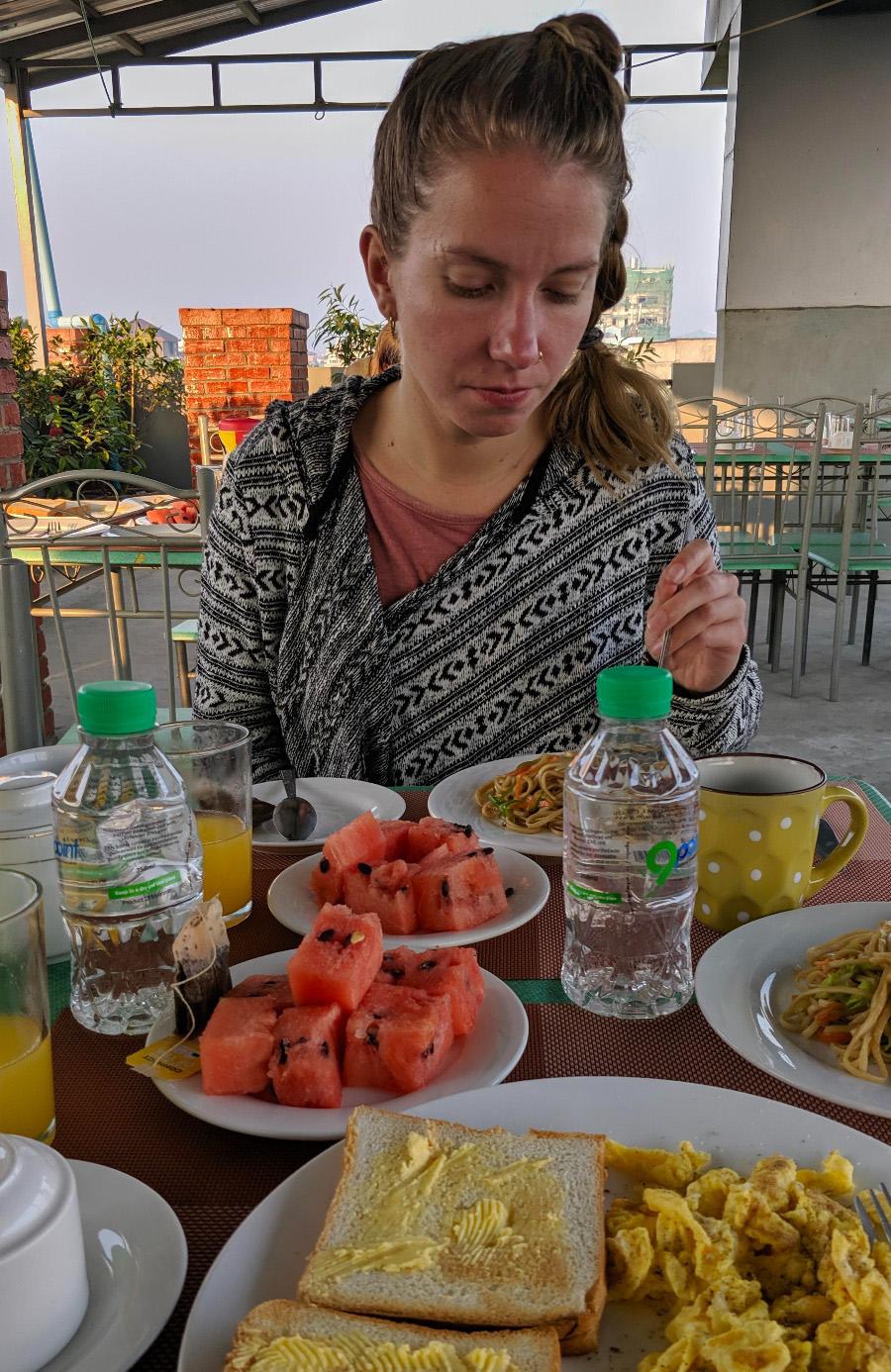 Hotellin aamiaisella päästiin tutustumaan toiseen yksinkertaiseen, mutta herkulliseen ruokalajiin: nuudelit oli paistettu sinappiöljyssä, joka antoi niille ihan erityisen maun