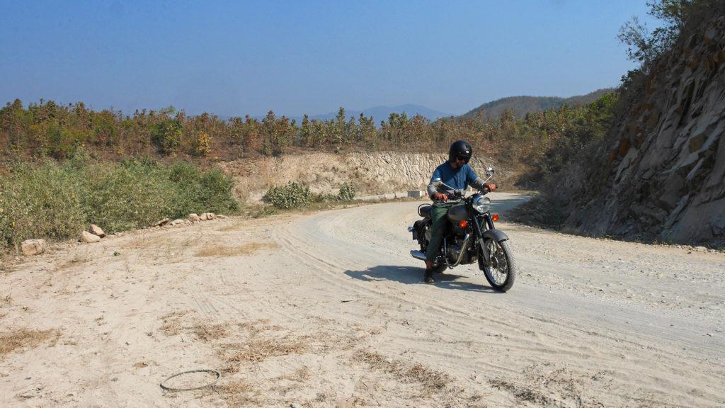 Mit der Enfield am Weg nach Ywangan