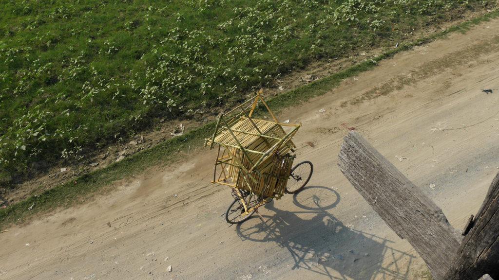 Tavaroiden kuskausta pyörän tarakalla burmalaiseen tapaan