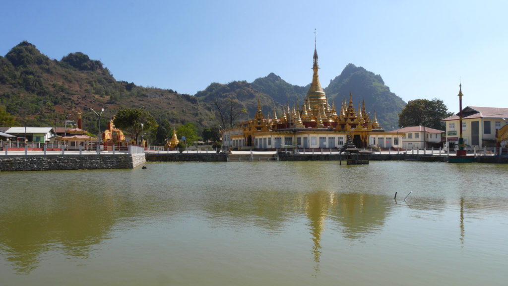 We had a small stop at Pinlaung town, where we sat by a pond in front of a beautiful golden monastery.