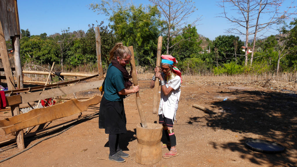 In den Pan-Pet-Dörfern wird täglich Reis gegessen- das Schälen des Reises ist harte Arbeit