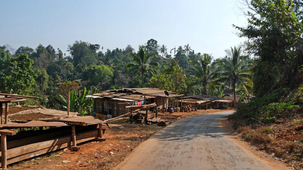 Yksi useista pikkukylistä, joiden läpi ajeltiin matkalla Loikaw'sta Taungoohon