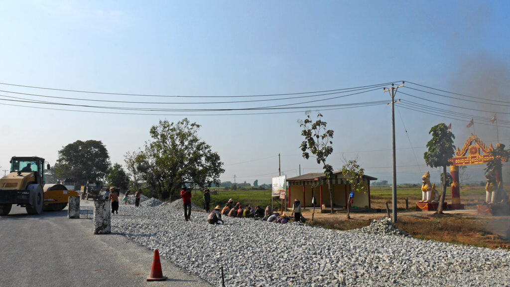 One of the construction sites we passed. Surprisingly, there are often also many women working at the road constructions in Myanmar.