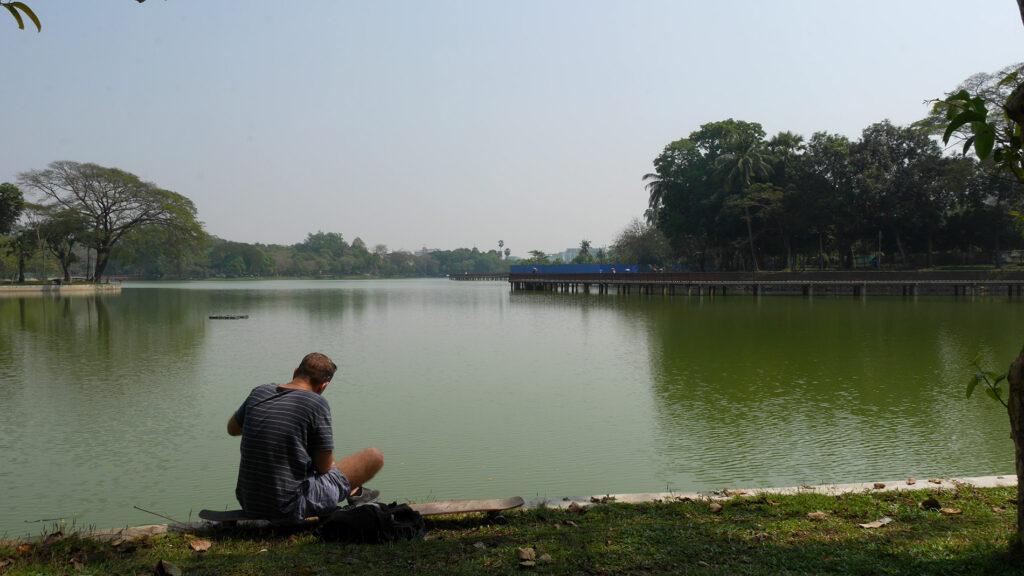 Iso, vehreä puisto Yangonissa