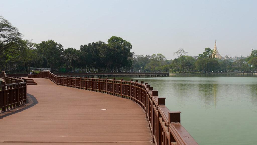 Järven yli vievät pitkät puiset sillat