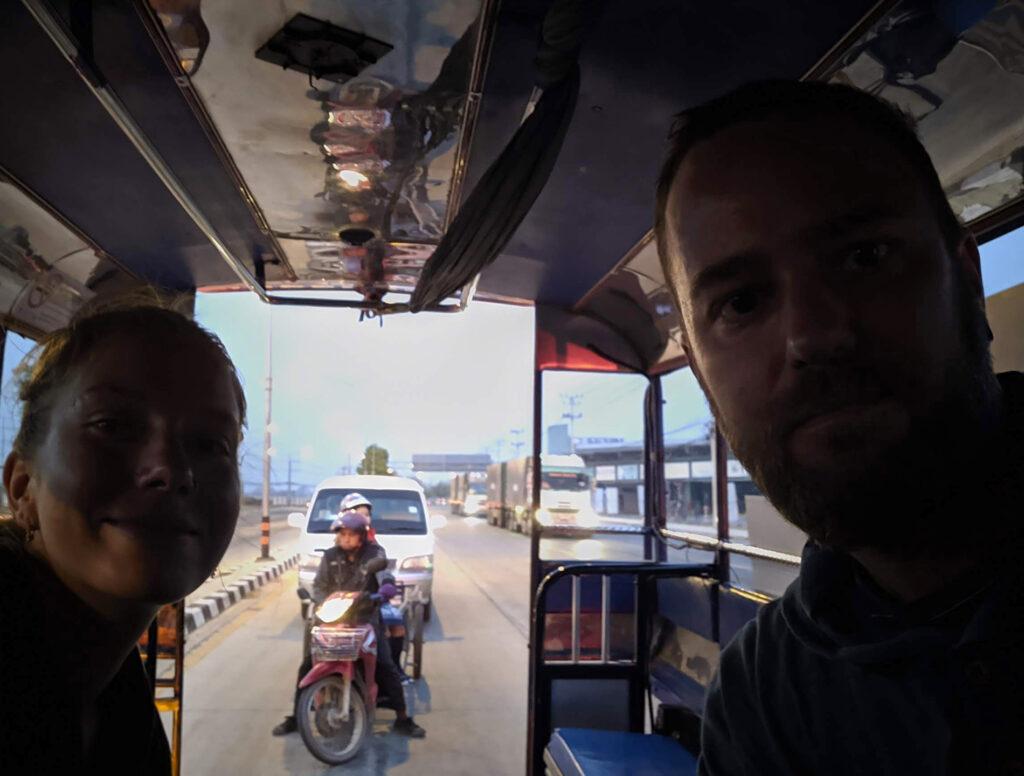 Unsere private Songthaew-Fahrt im Morgengrauen zum Busbahnhof von Mae Sot